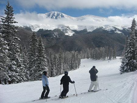 科罗拉多冬季公园度假村的滑雪场。(JohnPickenPhoto/Flickr)