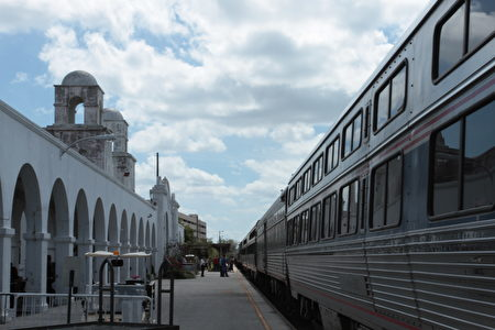 《怎么在美国坐火车旅游?》