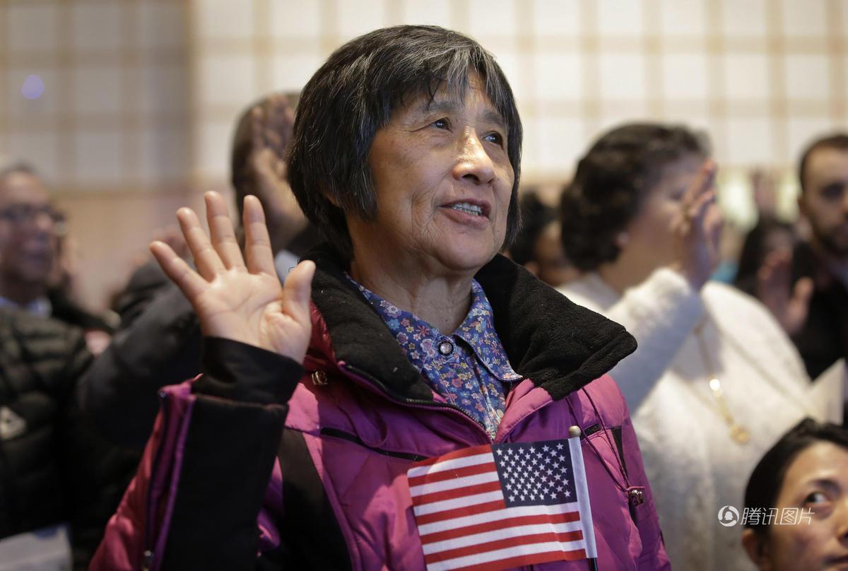 《美国绿卡不保险 华人报名考试加入美籍》