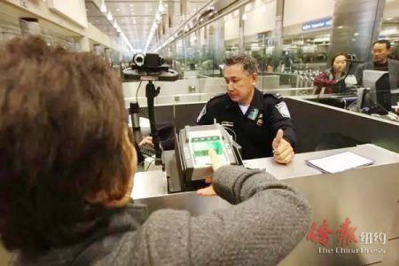 美国边境移民官在检查入境者。 (资料照片)