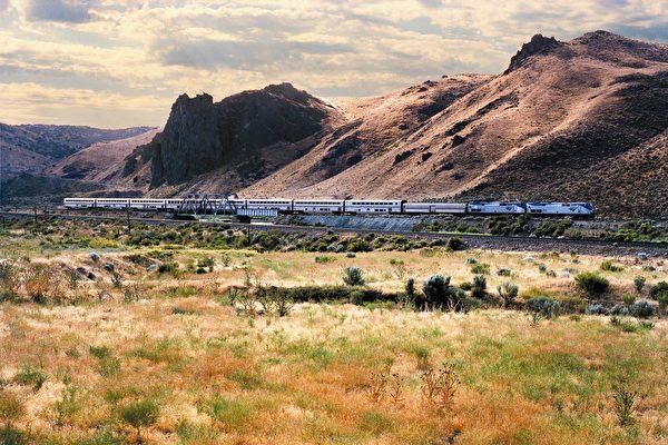 Amtrak西南酋长号穿越美国西部广袤领域, 沿途经过新墨西哥州。(Amtrak提供)